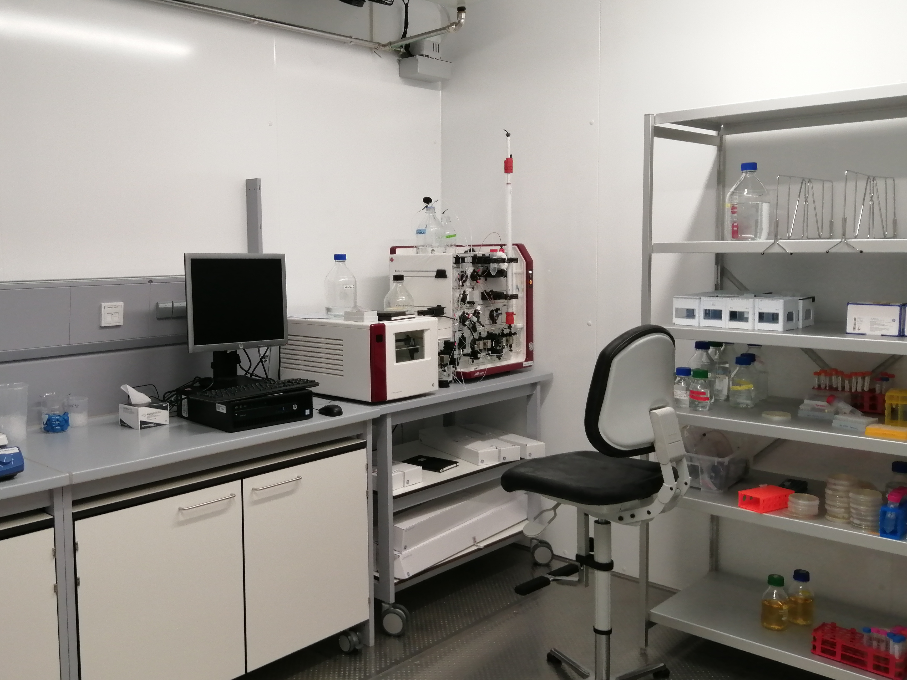 Cold room equipped with chromatography system and storage space